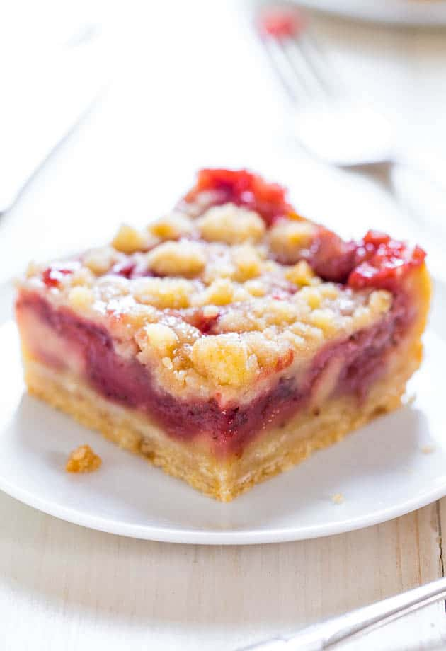 Strawberry Lemonade Bars - Check out our list of 20 of the best easy desserts to feed a crowd. Be prepared for empty dishes and a round of applause when you bring one of these recipes to your next event.